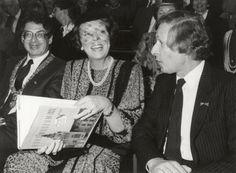 Rijksmuseum.Ter gelegenheid van het 100-jarig jubileum van het Rijksmuseum krijgt Koningin Beatrix een speciaal boek aangeboden van het 100-jarig bestaan. Links burgemeester Ed van Thijn en rechts museumdirecteur Levy. Nederland, Amsterdam, 28 september 1985.