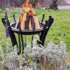 Warum müssen Feuerschalen immer bodennahe und Feuerkörbe filigran sein? Corona, die Feuerschale die sich zur Skulptur in deinem Garten erhebt. Auch ohne Feuer ist diese Feuerstelle ein Blickfang. Outdoor Furniture, Outdoor Decor, Home Decor, Corona, Fire Pits, Sculpture, Outdoor, Boden, Lawn And Garden