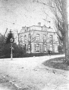 Villa Jacomina Gen. de la Reijlaan 1 in 1890 gezien vanaf de Brinklaan. De wieken van de korenmolen steken boven de bomen uit.