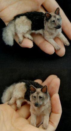 Miniature Animal Sculptures that fit on your Hand - art photography Art Sculpture, Animal Sculptures, Sculpture Romaine, Statues, Frozen Dog Treats, Hand Photography, Needle Felted, Hand Art, Christen