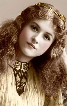 """""""Maude Fealy (March 1883 – November was an American stage and film actress who appeared in nearly every film made by Cecil B. DeMille in the post silent film era"""" - What a beautiful portrait! Vintage Abbildungen, Images Vintage, Vintage Girls, Vintage Pictures, Vintage Beauty, Old Pictures, Vintage Postcards, Old Photos, Vintage Children"""