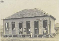 """Farmácia Brasil, em Sena Madureira, """"a Princesinha do Acre"""", no antigo Departamento do Alto Purus, no início do século XX. Arquivo Nacional. Fundo Fotografias Avulsas. BR_RJANRIO_O2_0_FOT_00480_08."""