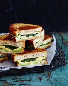 Avokadon, savujuuston ja tonnikalan yhdistelmä on koukuttava. Vegetarian Recipes, Healthy Recipes, Healthy Food, Tuna Melts, Happy Foods, Fish Recipes, Recipies, Tapas, Sandwiches