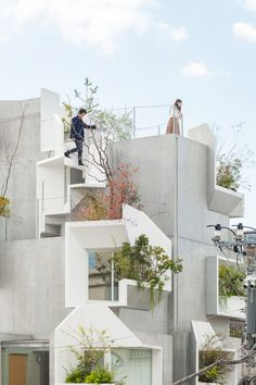 A look at 'Tree-ness house' by Japanese architect Akihisa Hirata. Designed as a residence for gallery owner Taka Ishii, the building is composed of stacked boxes with cutaways to allow nature to enter indoors, as a sort of vertical forest. Layered Architecture, Organic Architecture, Architecture Office, Japanese Architecture, Futuristic Architecture, Architecture Design, Interactive Architecture, Minimalist Architecture, Concrete Fence