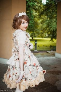 Classic Lolita. Wish I could pull this off!