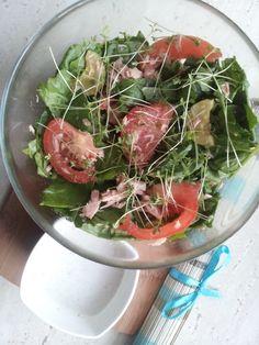 Lekka sałatka z tuńczykiem i warzywami.