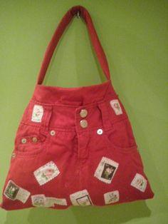 Bolso con pantalones rojos y aplicaciones de tela de sellos postales 50€