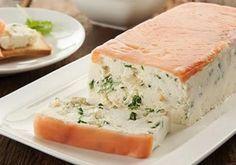 Quer uma receita leve para fazer na ceia de Réveillon? Que tal apostar num peixe super saudável como o salmão, acompanhado de um creme encorpado de ricota delicioso? - Veja mais em: http://www.vilamulher.com.br/receitas/nova-cozinha/terrine-de-ricota-e-salmao-defumado-m1215-714579.html?pinterest-destaque