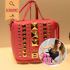 A coleção de verão da Carmen Steffens está lindíssima e super colorida. A bolsa pink com taxas é o nosso achadinho de hoje!  Que tal dar um toque de cor na sua produção de hoje?