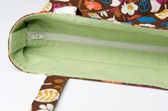 Há vários tutoriais ensinando a colocar o zíper interno em bolsas e sacolas. Este tutorial é mais um deles, super bem explicado e fotografado, mostra que não é tão difícil fazer um fechamento bacan…