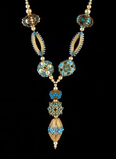 really lovely use of design, spacing and texture in this beaded bead necklace.