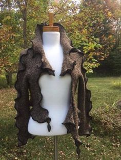 Veste unique couvre épaules veste boho brune cardigan Neck Warmer, Garden Sculpture, Recycling, Creations, Upcycled Clothing, Trends, Handmade, Jackets, How To Wear