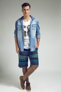O College e o tropical se unem na regata com estampa criativa, que ganha um ar mais despojado com a camisa jeans de lavagem cool e a bermuda listrada.