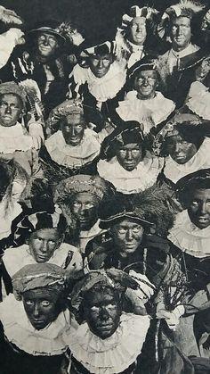 Zwarte Pieten, Sint-Ignatiuscollege te Amsterdam. De Pieten dragen geen pruiken... maar hebben hun eigen haar die ze zwart hebben gemaakt. Ook een onderdeel van het zwarte maskerade! Foto uit de Katholieke Illustratie 1952.