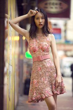 Campanha Coleção Hong Kong Primavera/Verão 2016 SS16 China. Vestido de festa curto, cor de rosa, bordado