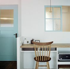 19612[1]こちらのお家は、リビングが洗面室と窓でつながっています。 窓の無い洗面室は湿気がこもりがちなので、室内窓で換気できるとうれしいですね。