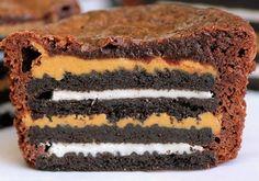 Muffins με ολόκληρα μπισκότα oreo και φυστικοβούτυρο. Πανεύκολα, απολαυστικά, υπέροχα, μοναδικά. Θα σας μείνουν αξέχαστα.    Υλικά: Για 12 muffins    12 ατομικά cupcake για muffin, ή αν έχουμε μία φόρμα για muffin  24 μπισκότα oreo με λευκή γέμιση    170 γρμ.