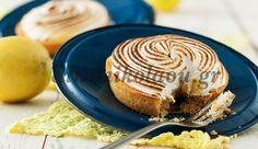 50΄ 40΄ για 1ταρτιέρα 20 εκ. ή 4 μικρές τάρτες 30΄  H κλασική αμερικάνικη τάρτα που με ξετρελαίνει. Τραγανή βάση, αφράτη, μυρωδάτη κρέμα με έντονη γεύση λεμονιού και βελούδινη μαρέγκα. Το τ… Sweets Recipes, Desserts, Soul Food, Peanut Butter, Breakfast Recipes, Muffin, Food And Drink, Lemon, Pie
