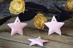 Υφασμάτινο Αστέρι 50τεμ Ροζ 4cm UST4-08458-4  Υφασμάτινο αστέρι σε χρώμα ροζ.Συνδυάζονται με μεγάλη ποικιλία χρωμάτων και υλικών, για να σας δώσουν πρωτότυπες ιδέες και έμπνευση ώστε να δημιουργήσετε εύκολα και απλά δεκάδες διαφορετικά προϊόντα, όπως πασχαλινές λαμπάδες, μπομπονιέρες, κουτιά βάπτισης, λαδοσέτ κ.α.Διαστάσεις: 4cmΔιατίθενται σε συσκευασία 50 τεμαχίων. Christmas Ornaments, Holiday Decor, Home Decor, Xmas Ornaments, Homemade Home Decor, Christmas Jewelry, Christmas Ornament, Interior Design, Christmas Baubles
