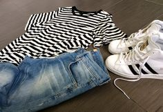 Woman outfit with stripes t-shirt, jeans and adidas superstar up - www.momeme.it