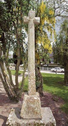 St Benoît des Ondes : Cette croix symbolise le cimetière qui entourait autrefois l'église. Elle est gravée d'un christ sur la face est, de divers emblèmes sur la face ouest, et sur le bras nord sont représentés deux cœurs. Le cube de granit de la base porte une inscription qui se lit face par face : « Donnée à la Paroisse de Saint-Benoît par Bertran Porier Etiennette Hervot son épouse. » Les registres paroissiaux font état du mariage de ces deux personnes le 4 mai 1713. ...