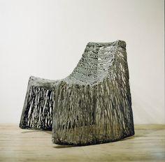 Basic Chair, un siège réalisée à partir de composite de basalte, un fil et matériau minéral extraits de la roche volcanique. Il offre un aspect de tressage inédit, léger d'aspect, mais hyper résistant pour l'extérieur comme l'intérieur. Création Raimond Cirulis, éditée par Mafam Freeform, en collaboration avec Basaltex, 2012.