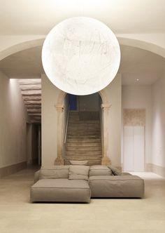 Santa Clara 1728 LISBONA Nel centro culturale e storico di Lisbona un meraviglioso progetto dell'architetto Portoghese Manuel Aires Mateus. Un edificio del 18° secolo è stato trasformato in albergo con sei incantevoli suite. Davide Groppi