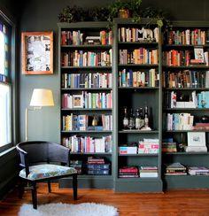 Bücherregale Im Zimmer, Viele Bücher Zuhause, Schönes Design Von Einem  Sessel, Bunte Farben