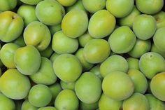 梅干や梅酒など、日本には梅を加工して保存する文化があります。 それは、古くから梅のには多くの健康効果が期待出来る事が知られていたからでしょう。 梅酢もその中の一つです。梅酢には、梅干よりも強い殺菌効果があるので、お腹の調子が悪い時はもちろん、食中毒の時などにも効果を発揮してくれます。