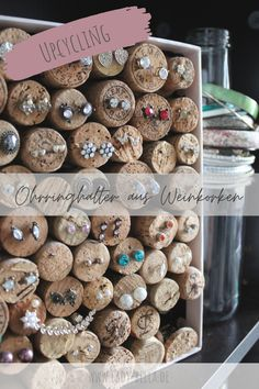 Ohrringhalter aus Weinkorken, einfaches Upcycling DIY zum selber machen mit Kork Diy Upcycling, Upcycle, Recycled Crafts, Diy Crafts, Art And Craft, Earthy, Creations, Diy Schmuck, Bottle Caps