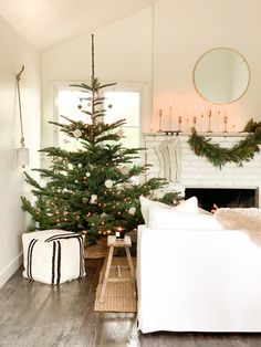 Holiday Home Tour: Step Inside Michelle Harriss' Dreamy and Inviting Space Red And Gold Christmas Tree, Merry Christmas, Natural Christmas, Christmas And New Year, Christmas Home, Christmas Crafts, Pretty Christmas Trees, Favorite Christmas Songs, Christmas Morning
