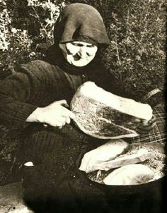 My dear Mother in law used to make the most wonderful bread. Vintage Pictures, Old Pictures, Old Photos, Greece Pictures, Greece Photography, Old Commercials, Greek Culture, Good Old Times, Thessaloniki