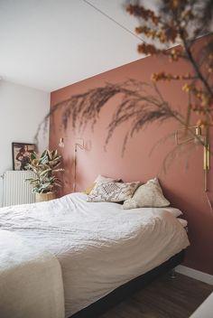 Nice for your bedroom: a rust brown color on your wall - .- Leuk voor je slaapkamer: een roestbruine kleur op je muur – INTERIOR JUNKIE Nice for your bedroom: a rust brown color on your wall - Home Bedroom, Bedroom Decor, Bedroom Wall Colors, Bedroom Ideas, Pink Bedroom Walls, Modern Bedroom, Wall Colours, Accent Wall Bedroom, Contemporary Bedroom
