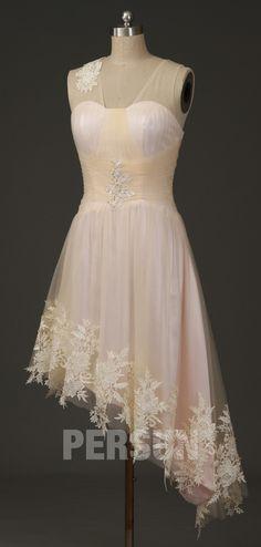 Découvrez cette robe de cocktail asymétrique à jupe agrémentée de dentelle guipure. Vous aimez certainement les petits détails comme la fleur sur la bretelle transparente, les appliqués brodé de bijoux au niveau de la taille et les dentelle guipure vintage sur l'ourlet en biais.