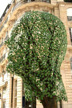 Dijon/Frankrijk - Van de Duitse kunstenares Gloria Friedmann (1951): Semper virens - altijd groen. foto: G.J. Koppenaal - 21/6/2013