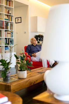 ''אתגר לעבוד מול דקדקן עם ידע בעיצוב ובסטיילינג, שמקפיד על פרטים ומודע לסגנון''. ג'ו שמאע בסלון (צילום: שירן כרמל)