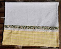 Pano de prato com barrado de tecido decorado com bordado inglês e viés   Pano em tecido sacaria, 100% algodão.  Barrado em tricoline, 100% ...