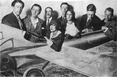 Quelques surréalistes dans un parc d'attractions. De gauche à droite : André Breton, Robert Desnos, un inconnu, Simone Breton, Paul Eluard, Gala Eluard, Philippe Soupault et Max Ernst.
