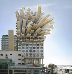 Illustrateur 3D dans l'architecture il y a sept ans, Victor Enroch a changé de vie pour se lancer dans la photographie. Sa particularité : la modélisation 3D qui lui permet de déconstruire des paysages urbains pour en faire des décors surréalistes.
