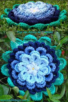 Flor em Azuis de Trapilho (Rag Crochet). Gráfico/Pattern: http://helenacc.blogspot.com.br/2013/04/flor-em-azuis-de-trapilho.html
