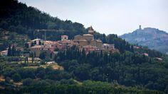 Ein paar Kilometer von Perugia entfernt ist das kleine Dorf Solomeo aus dem 14. Jahrhundert, es ist das Hauptquartier des Kaschmirproduzente...
