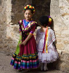 Niñas con trajes tipicos mexicanos.