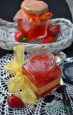 Cum preparam Dulceata Rapida de Ardei Iuti.O dulceata de ardei iuti ce are la baza o reteta a Nigellei Lawson How To Make Jelly, Making Jelly, Romanian Food, Romanian Recipes, Chilli Jam, Canning Pickles, Nigella Lawson, Christmas Sweets, Jam Recipes
