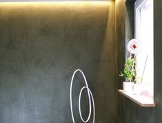 Die Wand als Bühne für Objekte - funktioniert, wenn Farbton und Gestaltung stimmen - Dekorputz mit Muschelkalk aus Deutscher Produktion, in Bremen und Delmenhorst verarbeitet. Partner, Dark Walls, Bremen, Objects, Wall Design, Darkness