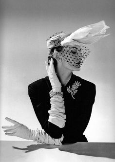 Jacques Fath - I liked this hat as I liked the bird like feature and the netting over the face. Jacques Fath was a French fashion designer. Pin Up Vintage, Vintage Vogue, Vintage Glamour, Vintage Beauty, Retro Vintage, Vintage Models, Vintage Style, Jacques Fath, Look Retro