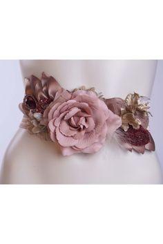 Cinturon de flores en tonos rosas con detalles de hojas de tela al tono.  Cinturon elstico en beige. Mod 858 a09cf0e67f59