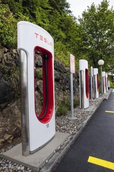 Nuove ricarica Tesla Supercharger in Svizzera - Electric Motor News Ev Charger, Electric Car Charger, Electric Vehicle, Electric Motor, Electric Cars, Electric Charging Stations, Car Station, Beverage Dispenser, Machine Design
