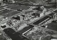 historische bouwfoto . Al tijdens de oorlog werd begonnen met de bouw van drie bankgebouwen aan de Blaak (midden op de foto) die in 1950 werden geopend. Goed zichtbaar is de Regentessebrug over de Wijnhaven en links boven in de foto nog een stuk van de Laurenskerk. De foto is van ca. 1948-1949.
