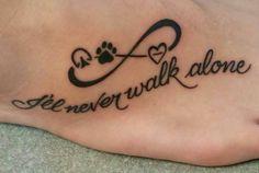 tatouage empreinte, signe de l'infinité et symbole de coeur tatoués à la plante du pied