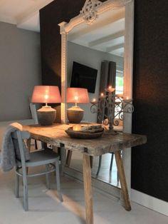 Kleuren, oud hout, krijs en bruine muur met witte plint.